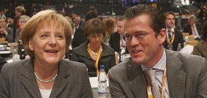 """CDU-Chefin Merkel, CSU-General zu Guttenberg: """"Bemerkenswerter Satz"""""""