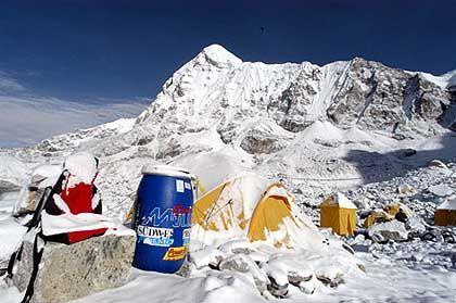 Ans Basislager gefesselt: 20 Zentimeter Neuschnee verhindern den Aufstieg in das Lager 2