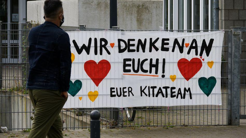 Ein Plakat vor einer Kita in Köln