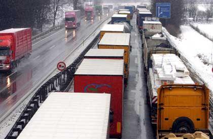 Lastwagenfahrer im Stau: Laut einer Studie ist jeder Dritte anfällig für Sekundenschlaf