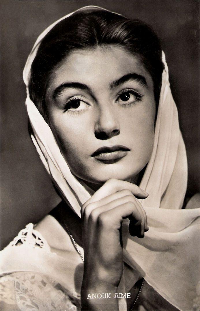 Eine Postkarte mit dem Porträt der französischen Schauspielerin Anouk Aimée, das Cornel Lucas 1950 anfertigte.
