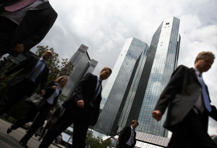 Passanten im Frankfurter Finanzviertel: Die Einkommensteuer trifft fast jeden