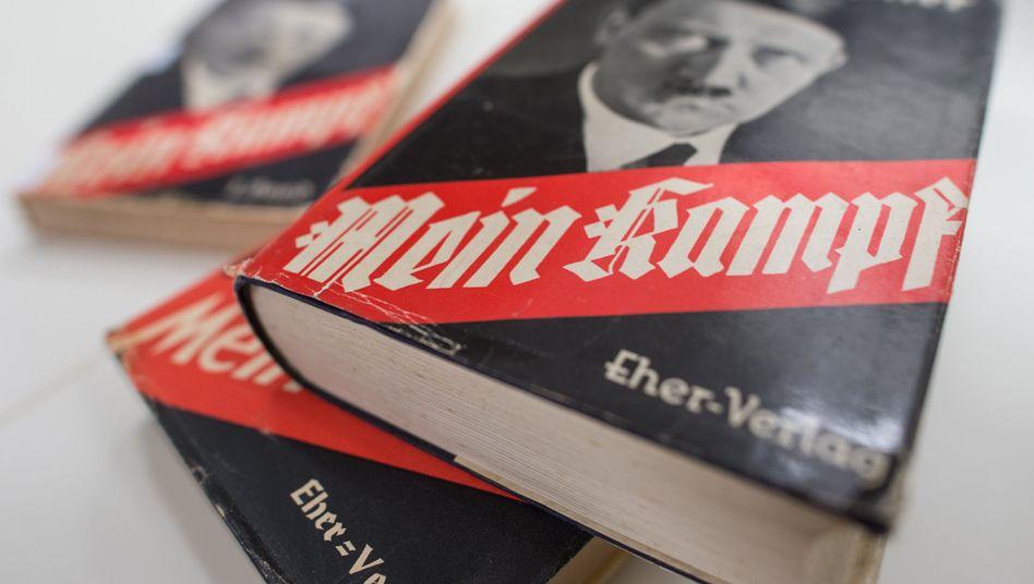 """Originalausgaben von """"Mein Kampf"""", Ausstellungsstücke vom Institut für Zeitgeschichte (IfZ) München."""
