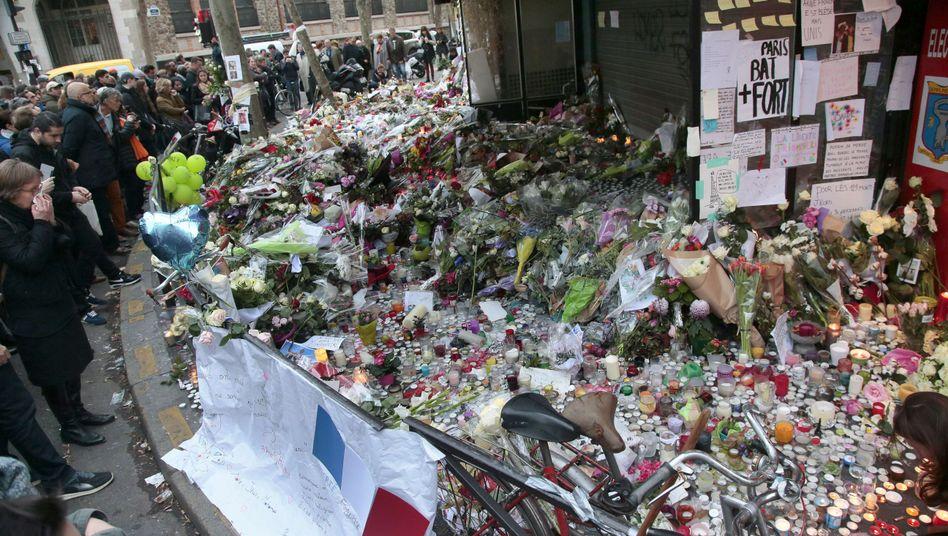 """Trauernde in Paris: """"Islamischer Staat"""" bekannte sich zu den Taten"""