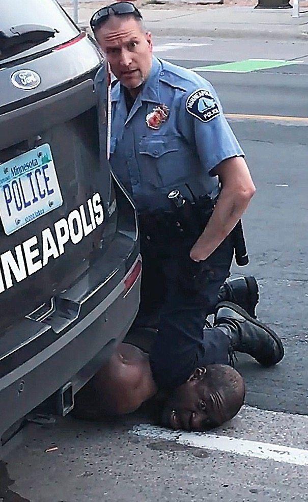8 Minuten und 46 Sekunden kniete der Polizist Derek Chauvin auf dem Hals von George Floyd. Dieser sagte, dass er nicht atmen könne. Wenig später starb er.