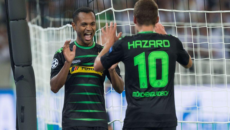 Mönchengladbachs Raffael (l.) und Thorgan Hazard