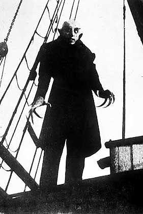 Schneid Dir mal die Nägel: Dass Nosferatu gerade erst dem Sarg entstiegen ist, zeigt schon der Blick auf seine Fingernägel