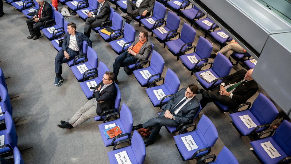 Abstand halten wegen Corona: Abgeordnete von CDU und CSU sitzen getrennt im Plenum