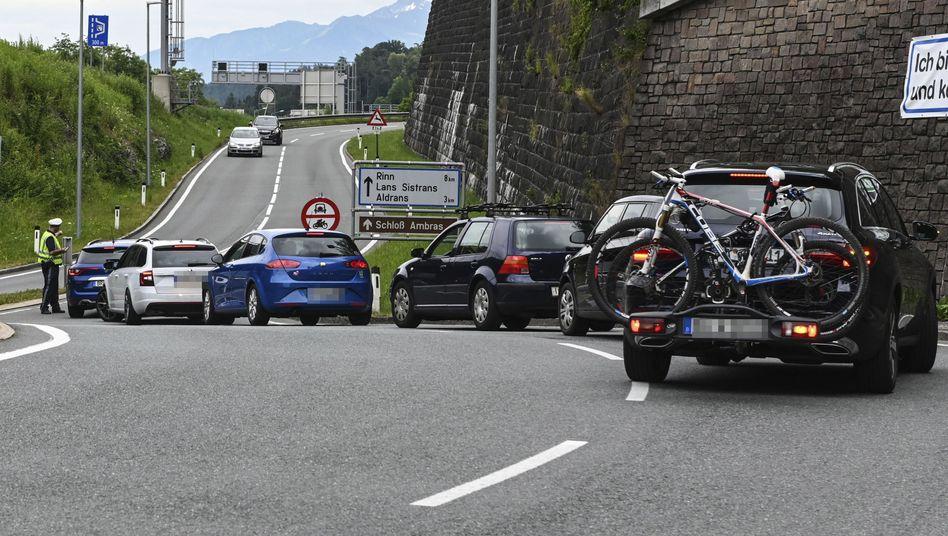 Die Polizei schickte Hunderte Autofahrer zurück, die auf Nebenstrecken Zeit und Geld sparen wollten