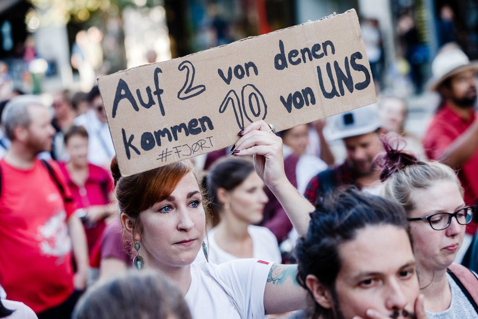 """Demo gegen """"Merkel muss weg!"""" Kundgebung"""