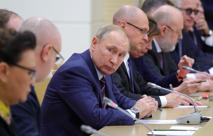 Wladimir Putin mit seiner Arbeitsgruppe, die er innerhalb von 24 Stunden einsetzte und traf