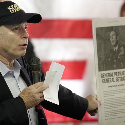 """Republikanischer Präsidentschaftskandidat McCain mit MoveOn.org-Anzeige: """"Verdammung des schäbigen Angriffs von MoveOn.org auf General Petraeus"""""""