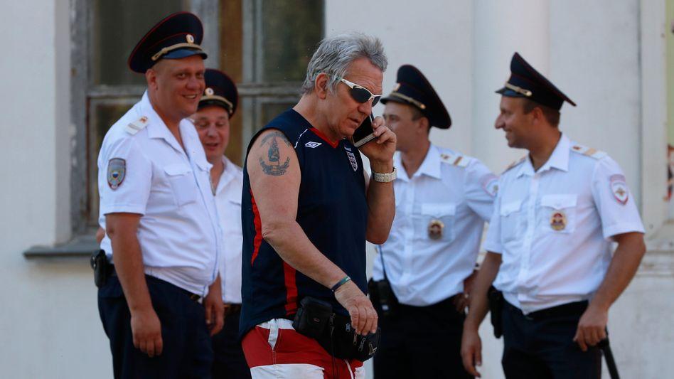 Russische Polizisten mit englischem Fan (in Wolgograd)
