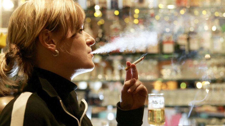 Raucherin in einer Bahnhofskneipe: Immer mehr Raucher drehen ihre Glimmstängel selbst