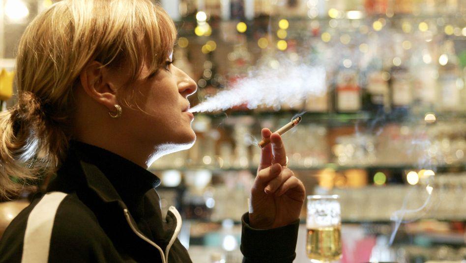 Raucherin in einer Bahnhofskneipe: Schmuggelware anstatt Verzicht