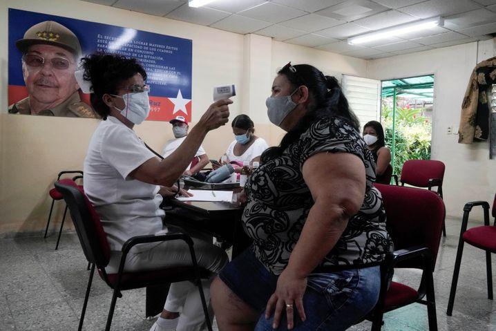 Die Körpertemperatur einer Kubanerin wird nach Verabreichung des Abdala-Impfstoffs gemessen (Symbolbild)