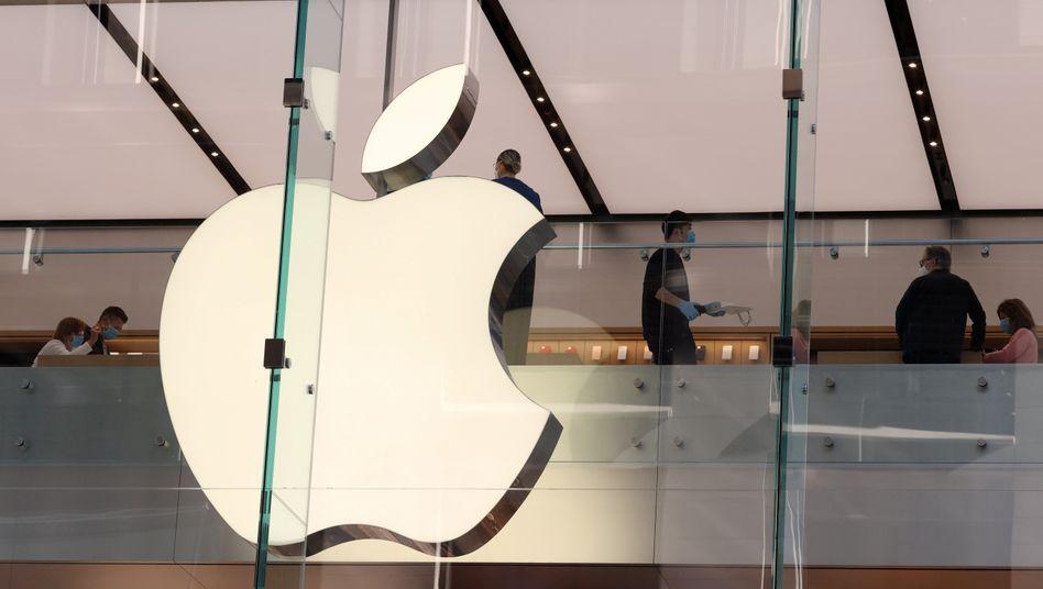 Apple-Logo vor irischer Flagge