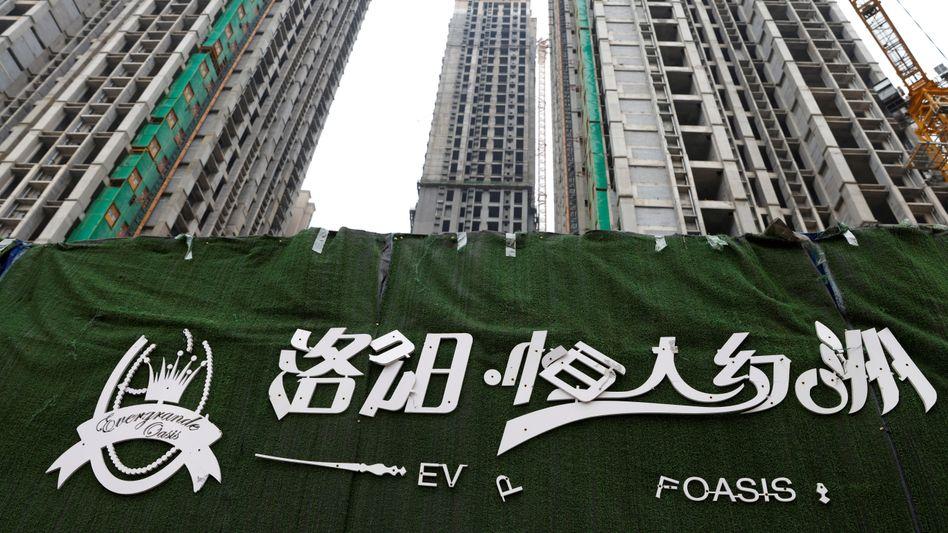 Evergrande-Logo mit abfallenden Buchstaben vor Gebäudekomplex in Luoyang