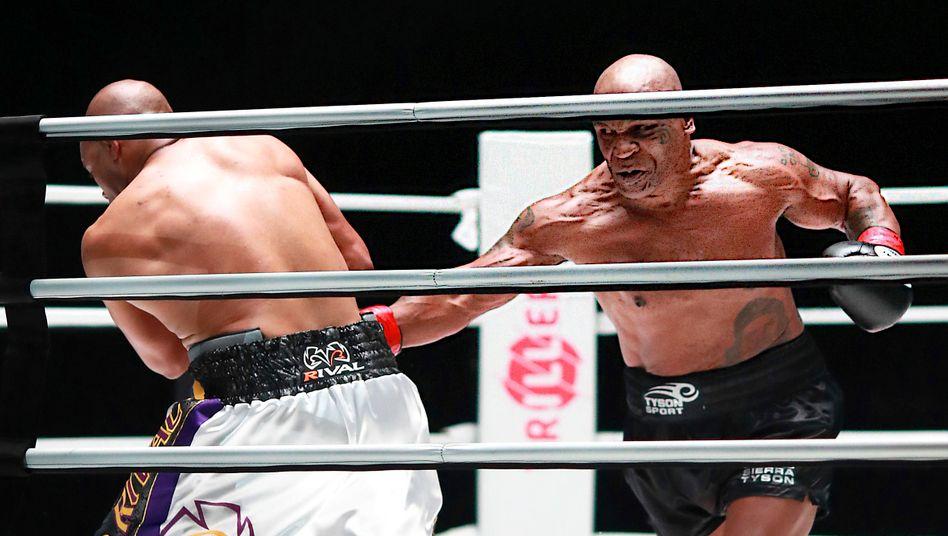 Tyson (l.) trifft Jones junior mit einem Körperhaken