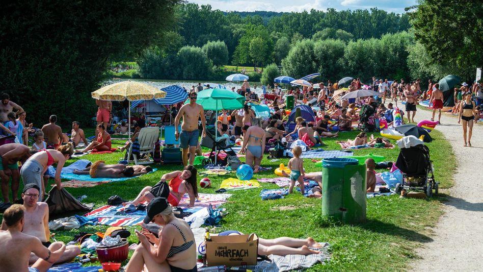 Badegäste an einem See in Baden-Württemberg