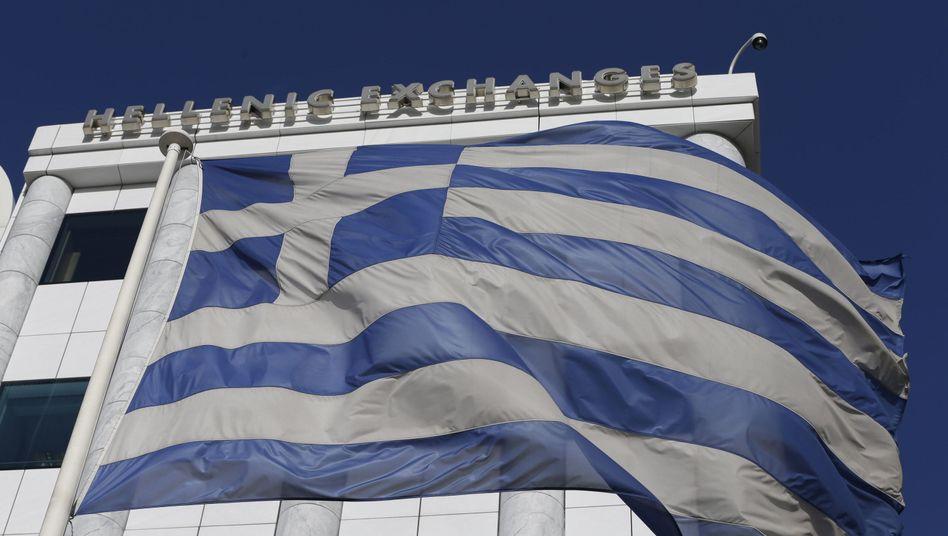 """Griechische Flagge vor der Athener Börse: """"Grexit"""" oder Staatsbankrott"""