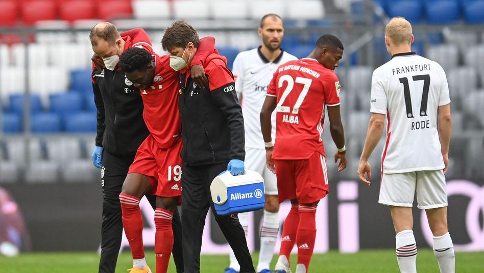 Bayern Münchens Alphonso Davies verlässt gegen Eintracht Frankfurt unter Schmerzen den Platz