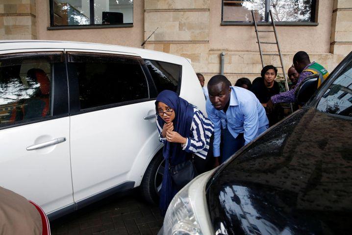 Menschen fliehen vor dem Angreifer aus dem Gebäude