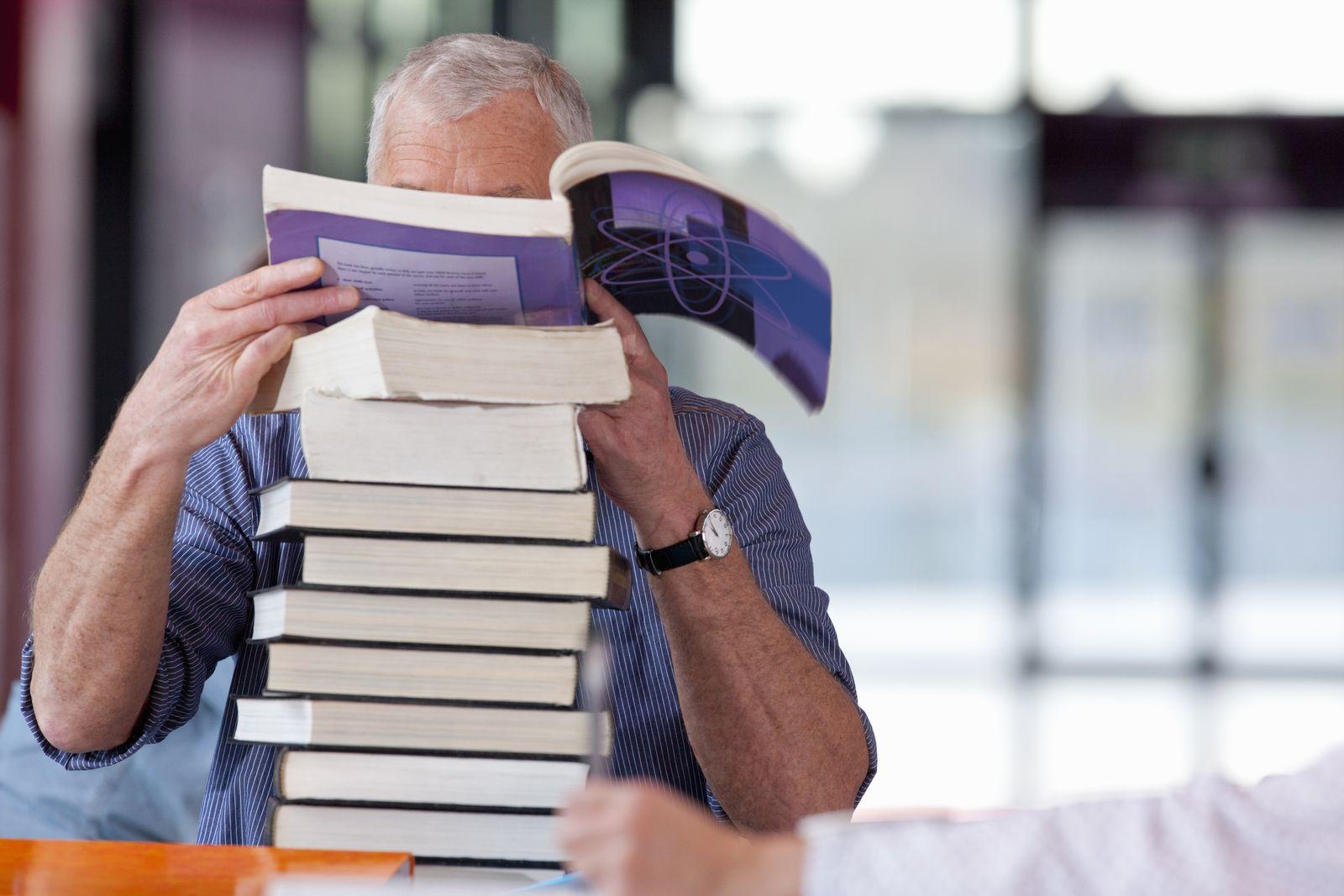 NICHT MEHR VERWENDEN! - Mann hinter Bücherstapel / Bücher / Lesen