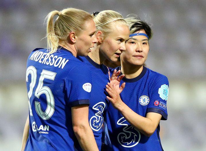 Angekommen: Pernille Harder wird von ihren Teamkolleginnen für den Treffer zum 2:0 gefeiert