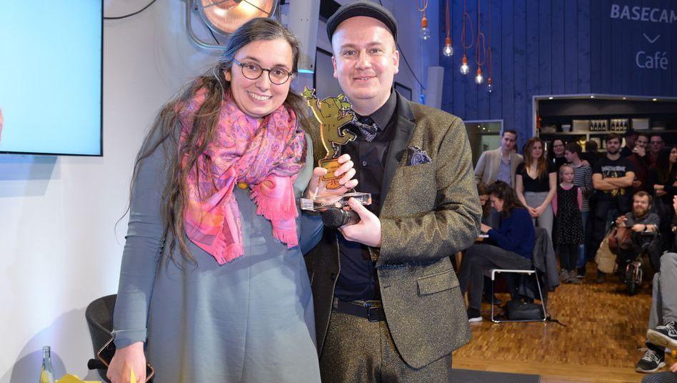 """Marie Sophie Hingst bei der Preisverleihung des """"Goldenen Blogger"""" 2017 mit Award-Mitgründer Daniel Fiene"""