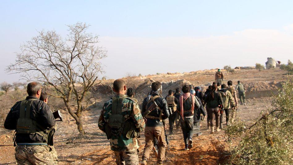 Mitglieder der türkischen Armee und Rebellen der Freien Syrischen Armee