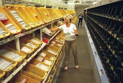 Im Hamburger Briefzentrum arbeiten etwa 4300 Menschen, die durchschnittlich sechs Millionen Sendungen umschlagen