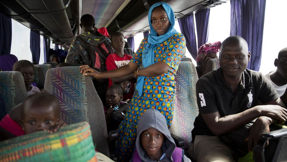Busreisende in Banjul, Gambia