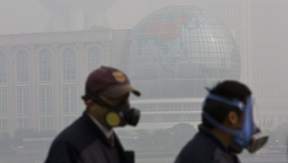Passanten mit Atemschutzmasken in Shanghai: Mehr Wohlstand, mehr Probleme