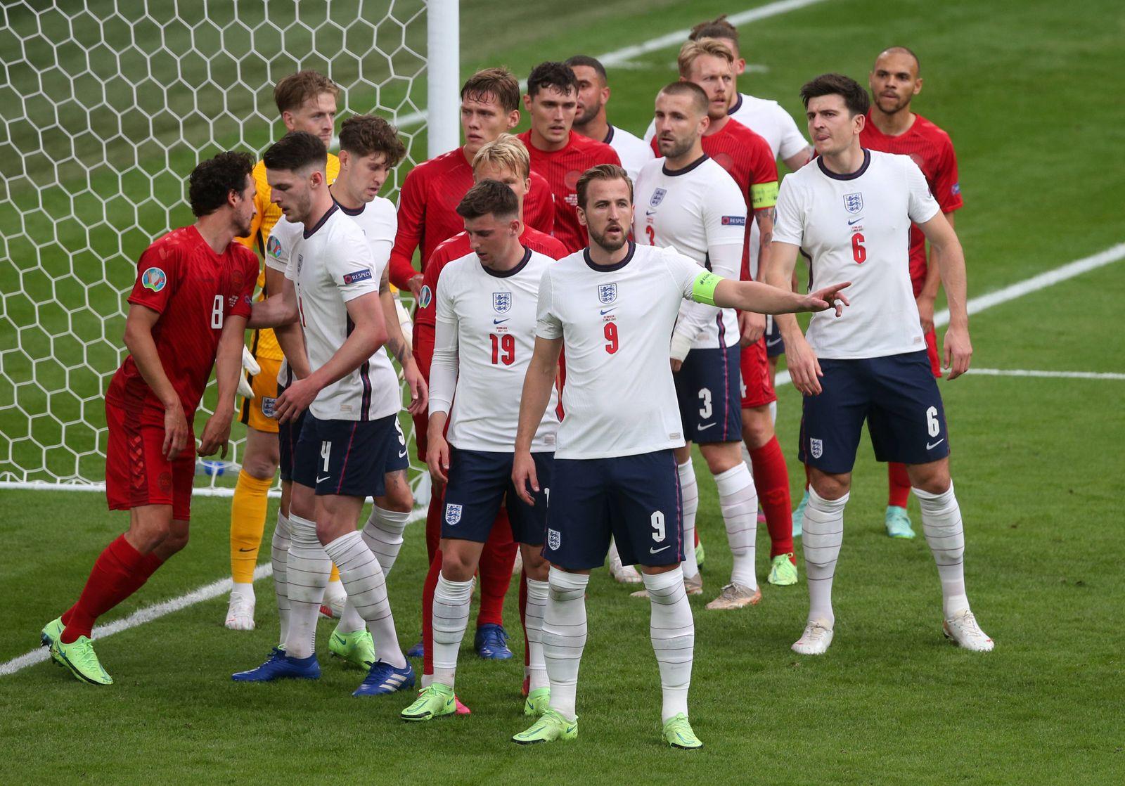 England v Denmark UEFA EURO, EM, Europameisterschaft,Fussball 2020 England and Denmark players prepare for the corner d