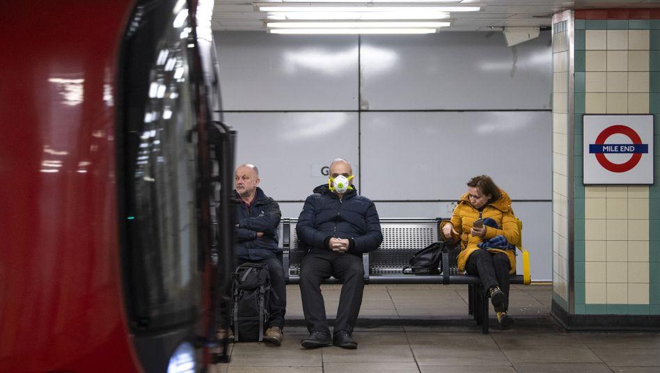 Was gilt, was nicht? Pendler in einer U-Bahnstation in London am Montag