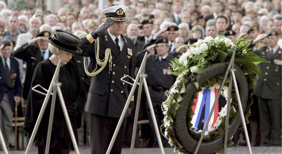 Königin Beatrix und Kronprinz Willem-Alexander bei der Gedenkfeier für die Opfer des Zweiten Weltkriegs (Aufnahme aus 2007): Ausländer dürfen nicht teilnehmen