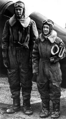 Charles A. Lindbergh und seine Frau Anne Morrow Lindbergh vor dem Start zu einem Flug von New York über Alaska nach Tokio