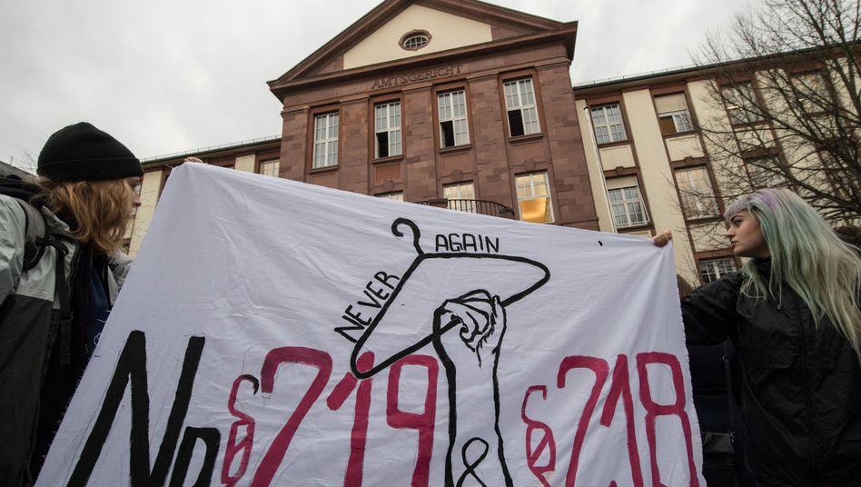 Frauen protestieren gegen die umstrittenen Abtreibungsparagrafen 218 und 219