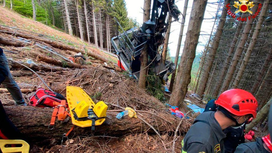 Rettungshelfer an der Seilbahngondel in Italien