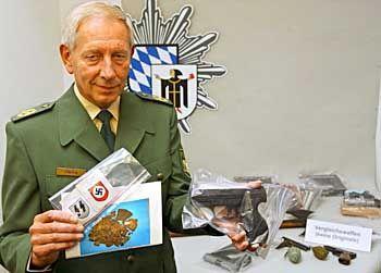 Stellvertretender Polizeipräsident Viering mit beschlagnahmten Gegenständen. Darunter Schuss- und Stichwaffen