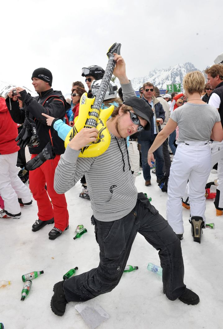 Vacationers in Ischgl: Excesses of the modern leisure-time industry