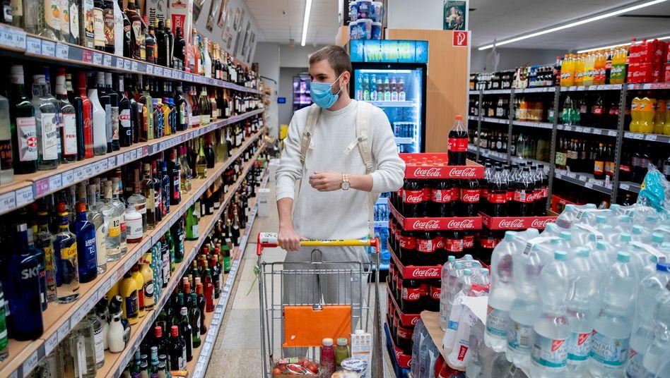 Kunde mit Mund-Nasen-Schutz in einem Supermarkt in Berlin-Wilmersdorf