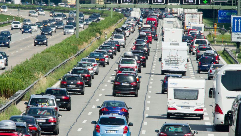 Dicht an dicht stauen sich die PKW, Busse, und LKW auf der Autobahn A8 zwischen München (Bayern) und Salzburg (Österreich).