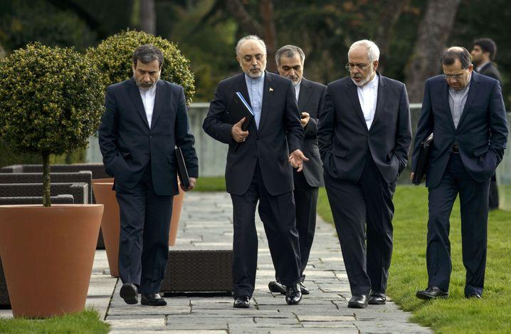 Die iranische Delegation berät sich im Garten des Beau Rivage Hotel in Lausanne
