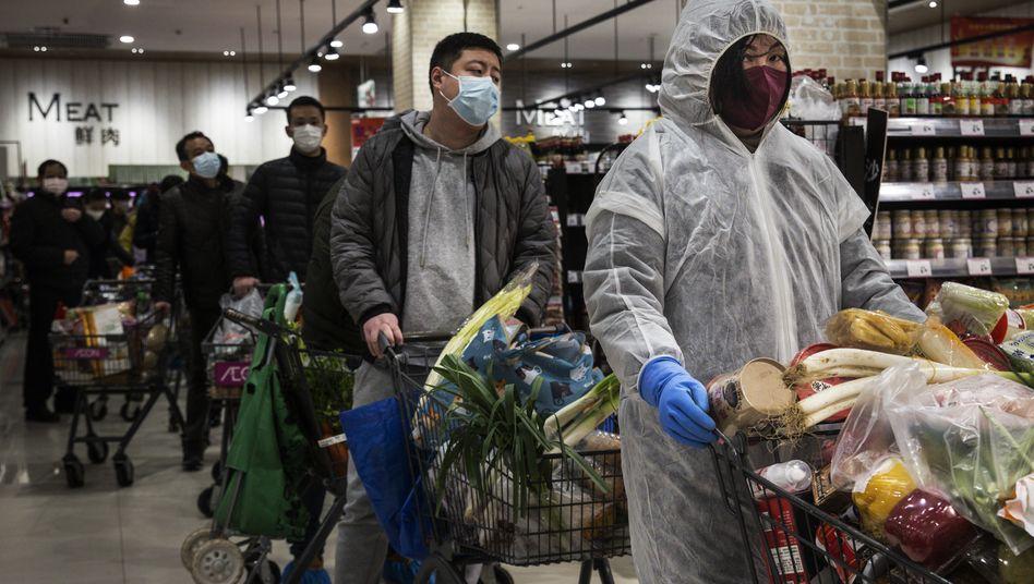 Menschen in einem Supermarkt in Wuhan: Die Millionenstadt gilt als Ausgangspunkt des Corona-Ausbruchs