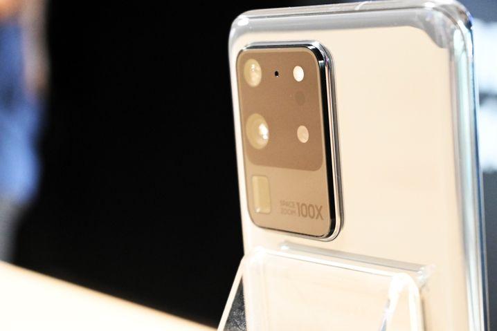 Der Kamerabuckel auf der Rückseite eines Galaxy S20 Ultra. Links unten ist die rechteckige Öffnung des Tele-Periskops zu sehen
