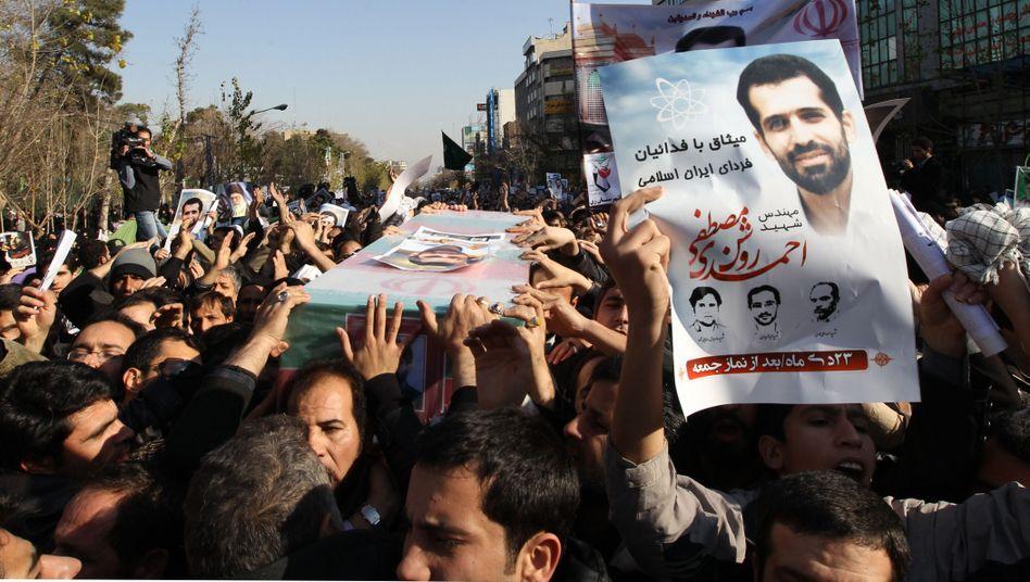 Trauerzug für getöteten Iraner Roschan: Steckt der Mossad hinter dem Anschlag?