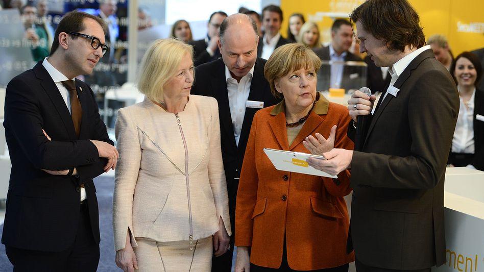 Bundesregierung auf der Cebit: Minister Dobrindt und Wanka, Kanzlerin Merkel