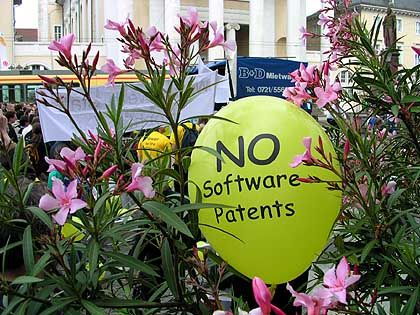 Protest-Ballons: Die Gegner hoffen, dass die Richtlinie noch platzt